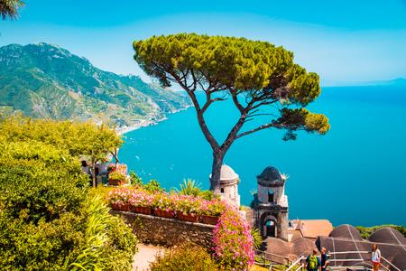 Pintorescas vistas panorámicas de la famosa costa de Amalfi con el golfo de Salerno desde los jardines de Villa Rufolo en Ravello, Campania, Italia