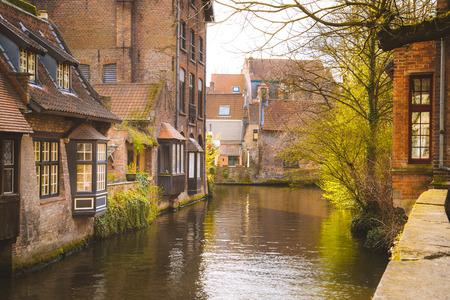 Vue panoramique sur le centre-ville historique de Bruges dans une belle lumière dorée du matin au lever du soleil, province de Flandre occidentale, Belgique