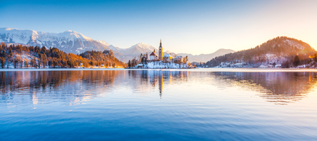 Beautiful view of famous Bled Island (Blejski otok) at scenic Lake Bled with Bled Castle (Blejski grad) and Julian Alps 스톡 콘텐츠