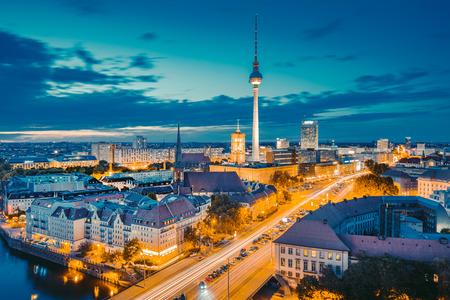 Klassischer Blick auf die Berliner Skyline mit berühmtem Fernsehturm und Spree im wunderschönen goldenen Abendlicht bei Sonnenuntergang, zentrale Berlin Mitte, Deutschland,