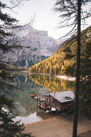 Scenic view of traditional wooden boathouse at famous Lago di Braies with Dolomites mountain peaks Banco de Imagens - 113996405
