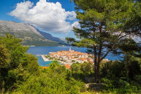 夏の青空と雲と美しい晴れた日にコルチュラの歴史的な町の美しい景色
