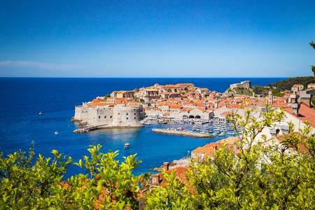 Panoramisch luchtfoto van de historische stad Dubrovnik, een van de beroemdste toeristische bestemmingen in de Middellandse Zee