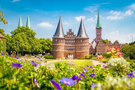 Klassieke ansichtkaartweergave van de historische stad Lübeck met de beroemde Holstentor-poort in de zomer, Sleeswijk-Holstein, Noord-Duitsland