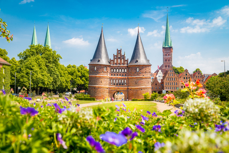 Klassische Postkartenansicht der historischen Stadt Lübeck mit dem berühmten Holstentor im Sommer, Schleswig-Holstein, Norddeutschland
