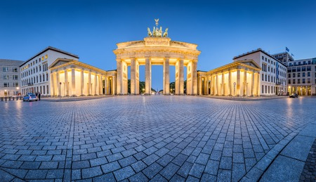 Classic panoramic view of famous Brandenburg Gate illuminated during blue hour at dusk, central Berlin Mitte, Germany 스톡 콘텐츠