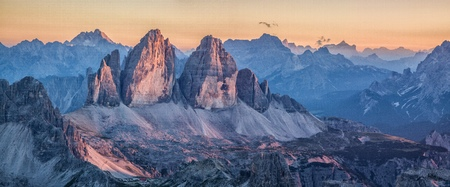 Beautiful view of famous Tre Cime di Lavaredo mountain summits in the Dolomites mountain range illuminated in beautful golden evening light at sunset in summer, South Tyrol, Italy Stockfoto