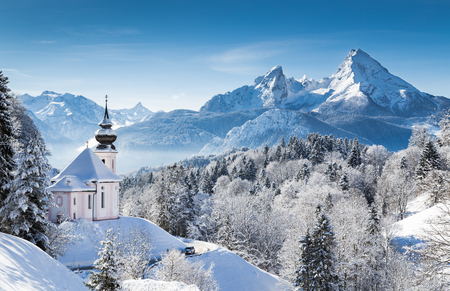 Vue panoramique sur les magnifiques paysages de montagne du pays des merveilles d'hiver dans les Alpes bavaroises avec l'église de pèlerinage de Maria Gern et le célèbre massif de Watzmann en arrière-plan, Nationalpark Berchtesgadener Land, Bavière, Allemagne