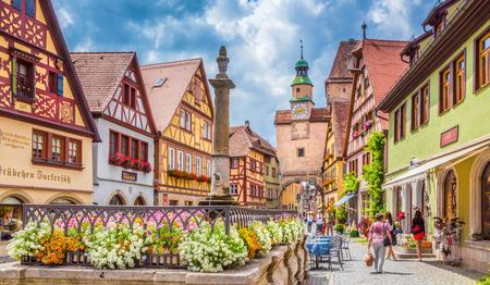 Mooie ansichtkaart uitzicht op de beroemde historische stad Rothenburg ob der Tauber op een zonnige dag met blauwe lucht en wolken in de zomer, Franken, Beieren, Duitsland Stockfoto
