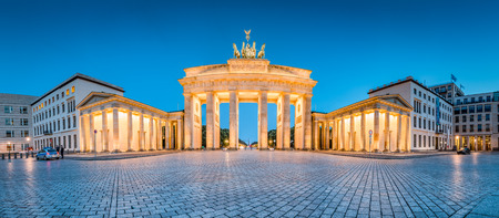 Classic panoramic view of famous Brandenburg Gate illuminated during blue hour at dusk, central Berlin Mitte, Germany Stockfoto