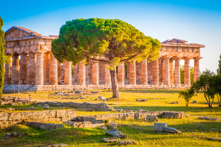 Paestum Temples Archaeological Site at sunset, Province of Salerno, Campania, Italy 免版税图像