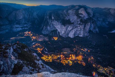 Panoramic aerial birds eye view of famous Yosemite Valley illuminated in beautiful post sunset twilight during blue hour at dusk in summer, Yosemite National Park, Mariposa County, California, USA 版權商用圖片