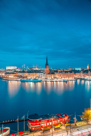 Panoramic view of famous Stockholm city center with historic Riddarholmen in Gamla Stan old town district during blue hour at dusk, Sodermalm, central Stockholm, Sweden Standard-Bild - 119088087