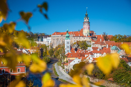 Panoramic view of the historic city of Cesky Krumlov with famous Cesky Krumlov Castle, a UNESCO World Heritage Site since 1992, in beautiful morning light at sunrise in fall, Czech Republic Sajtókép