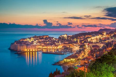 Panorama-Luftaufnahme der historischen Stadt Dubrovnik, eines der berühmtesten Touristenziele im Mittelmeer, im schönen goldenen Abendlicht bei Sonnenuntergang, Dalmatien, Kroatien Standard-Bild