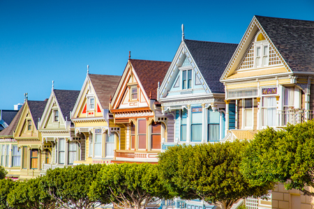 Classic postcard view of famous Painted Ladies, a row of colorful Victorian houses located near scenic Alamo Square, on a beautiful sunny day with blue sky in summer, San Francisco, California, USA 版權商用圖片 - 121793436