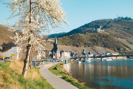 Belle vue sur la ville historique de Bernkastel-Kues avec la Moselle dans la lumière du soir pittoresque au printemps, Rheinland-Pfalz, Allemagne Banque d'images