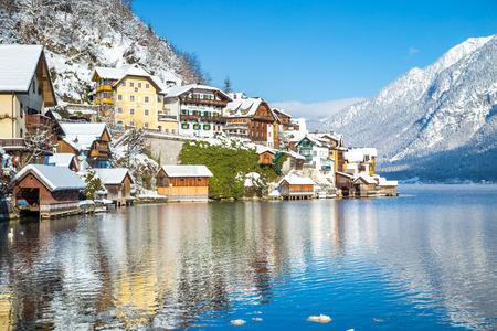 Maisons traditionnelles dans la célèbre ville au bord du lac de Hallstatt par une belle journée froide et ensoleillée en hiver, région du Salzkammergut, Autriche