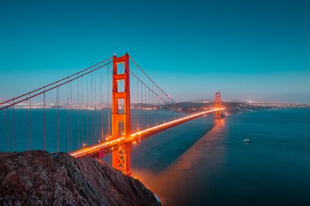 Klassischer Panoramablick von berühmtem Golden Gate Bridge gesehen vom Batterie Spencer-Standpunkt in der schönen Beitragssonnenuntergangdämmerung während der blauen Stunde an der Dämmerung im Sommer, San Francisco, Kalifornien, USA