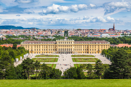 Classic view of famous Schonbrunn Palace with scenic Great Parterre garden on a beautiful sunny day with blue sky and clouds in summer, Vienna, Austria 版權商用圖片