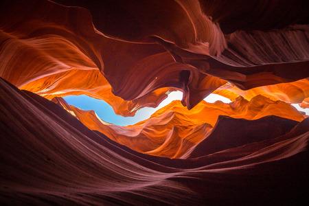 Piękny szeroki kąt widzenia niesamowitych formacji z piaskowca w słynnym Kanionie Antylopy w słoneczny dzień z błękitnym niebem w pobliżu starego miasta Page w Lake Powell, amerykański południowy zachód, Arizona, USA Zdjęcie Seryjne