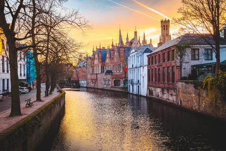 Klasyczny widok panoramiczny na historyczne centrum Brugii, często nazywane Wenecją Północy, prowincja Flandria Zachodnia, Belgia