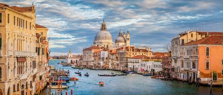 Klassischer Panoramablick des berühmten Kanals groß mit szenischem Basilikadi Santa Maria della Salute im schönen goldenen Abendlicht bei Sonnenuntergang mit Retro- Weinlesefiltereffekt, Venedig, Italien Standard-Bild