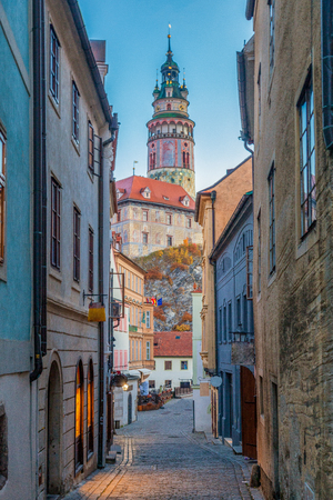 Beautiful alley scene with Cesky Krumlov Castle in the background in the historic city of Cesky Krumlov in morning twilight at dawn, Czech Republic 報道画像
