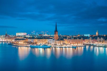 Panoramiczny widok na słynne centrum Sztokholmu z zabytkowym Riddarholmen w starej dzielnicy Gamla Stan podczas niebieskiej godziny o zmierzchu, Sodermalm, centrum Sztokholmu, Szwecja
