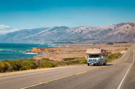 Vista panorámica de la conducción de vehículos recreativos en la famosa autopista 1 a lo largo de la hermosa costa central de California, Big Sur, EE. Foto de archivo