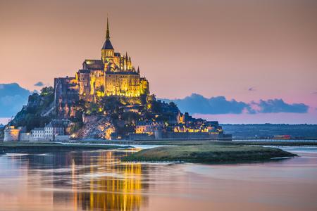 Klasyczny widok na słynną wyspę pływową Le Mont Saint-Michel w piękny wieczorny zmierzch o zmierzchu, Normandia, północna Francja Publikacyjne