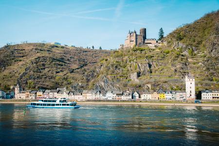 Belle vue sur la ville historique de St. Goarshausen avec le célèbre Rhin lors d'une journée ensoleillée avec un ciel bleu au printemps, Rheinland-Pfalz, Allemagne