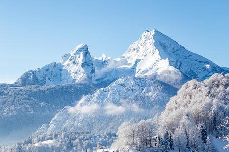 Belle vue sur le célèbre sommet de la montagne Watzmann par une froide journée ensoleillée en hiver, Bavière, Allemagne Banque d'images
