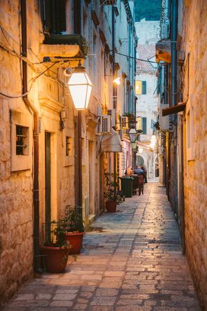Piękny o zmierzchu widok na zabytkowe miasto Dubrownik z wąską uliczką o świcie, Dalmacja, Chorwacja
