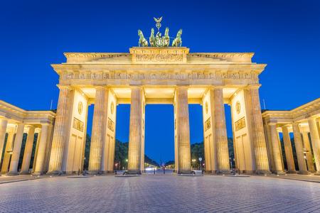 Panoramablick auf das berühmte Brandenburger Tor (Brandenburger Tor), eines der bekanntesten Wahrzeichen und nationalen Symbole Deutschlands, in der Dämmerung während der blauen Stunde im Morgengrauen, Berlin, Deutschland