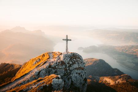Beau paysage de montagne dans les Alpes avec croix de montagne en bois au sommet dans la lumière dorée du soir au coucher du soleil