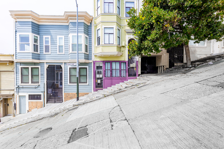 Classic urban scene of historic colorful buildings along one of San Francisco's steepest streets near Telegraph Hill residential area district on a beautiful sunny day in summer, SF, California, USA Stock fotó - 121796103