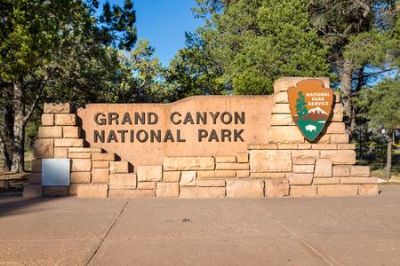 Señal de monumento de entrada al Parque Nacional del Gran Cañón en un hermoso día soleado con el cielo azul en verano, Arizona, EE.