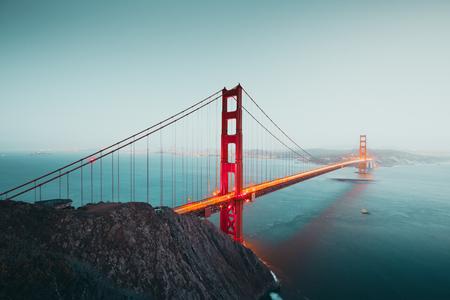 Panoramablick auf die berühmte Golden Gate Bridge vom Battery Spencer Viewpoint in schöner Dämmerung nach Sonnenuntergang während der blauen Stunde in der Abenddämmerung, San Francisco, USA Standard-Bild