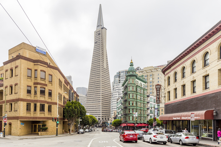 Central San Francisco with famous Transamerica Pyramid and historic Sentinel Building at Columbus Avenue on a cloudy day, California, USA 版權商用圖片 - 121796166