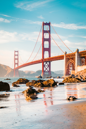 Klassischer Panoramablick berühmten Br5ucke gesehen vom szenischen Bäcker Beach im schönen goldenen Abendlicht an einem sonnigen Tag mit blauem Himmel und Wolken im Sommer, San Francisco, Kalifornien, USA