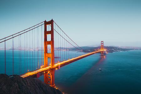Panoramiczny widok na słynny most Golden Gate widziany z punktu widokowego Battery Spencer w pięknym zmierzchu po zachodzie słońca podczas niebieskiej godziny o zmierzchu, San Francisco, USA Zdjęcie Seryjne
