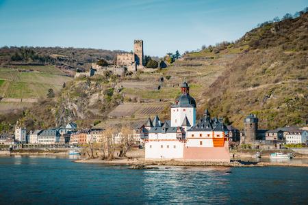 Belle vue sur la ville historique de Kaub avec le célèbre Burg Pfalzgrafenstein le long du Rhin lors d'une journée ensoleillée avec un ciel bleu au printemps, Rheinland-Pfalz, Allemagne