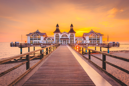 Słynny Sellin Seebruecke (molo Sellin) w pięknym złotym świetle poranka o wschodzie słońca w lecie, ośrodek turystyczny Ostseebad Sellin, region Morza Bałtyckiego, Niemcy