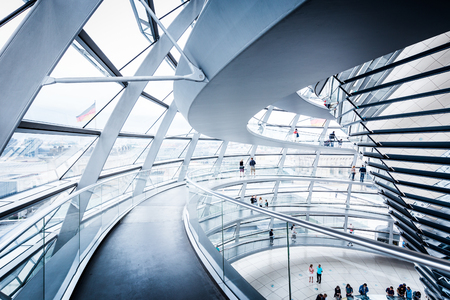 Vue intérieure du célèbre dôme du Reichstag à Berlin, Allemagne. Construit pour symboliser la réunification de l'Allemagne, c'est maintenant l'un des monuments les plus importants de Berlin.