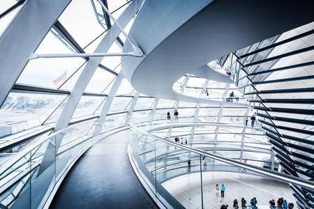 Widok wnętrza słynnej kopuły Reichstagu w Berlinie, Niemcy. Zbudowany, aby symbolizować zjednoczenie Niemiec, jest obecnie jednym z najważniejszych punktów orientacyjnych Berlina.
