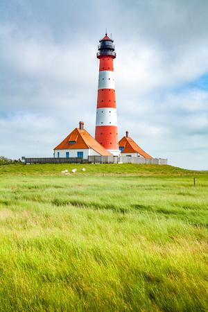 Schöne Aussicht auf den berühmten Westerheversand an einem sonnigen Tag mit blauem Himmel und Wolken im Sommer, Nordsee, Schleswig-Holstein, Deutschland