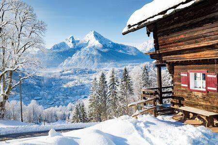 Schöne Aussicht auf die traditionelle Holzberghütte in der malerischen Winterlandschaft der Alpen in den Alpen