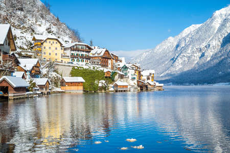 Traditional houses in famous Hallstatt lakeside town on a beautiful cold sunny day in winter, Salzkammergut region, Austria 免版税图像 - 151537080