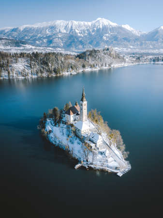 Panoramic view of scenic Lake Bled with famous Bled Island and castle (Blejski grad) in the background on a beautiful sunny day in winter, Slovenia 免版税图像 - 150567641